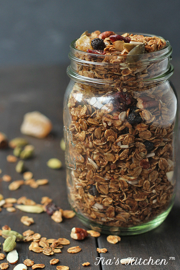 It's so EASY to make your own healthy granola. Cheaper, better tasting and healthier than store-bought. CLICK THRU for the recipe! | tiaskitchen.com/easy-homemade-granola-recipe-gluten-free-vegan
