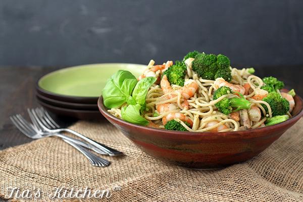 Easy, quick Shrimp Pesto Pasta in a bowl